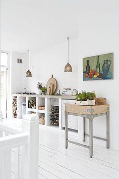 De keuken is op maat gemaakt: er zijn eerst muurtjes gemetseld en het betonnen werkblad is gestort.