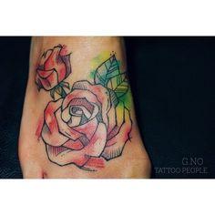 정면샷 ! 😶 #tattoo #tattoopeople #watercolortattoo #girl#lovely #rosetattoo #flower #부산타투#서면타투#타투피플#장미타투#발등타투#꽃#여자타투#수채화타투#부산#서면#타투#수채화#지노#작업#불금#예