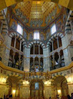 Interior de la Capilla Palatina de Aquisgrán: galerìas, dovelas