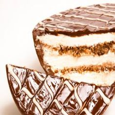 ovo pavê Chocolates, Easter Recipes, Dessert Recipes, Easter Ideas, Brazilian Dishes, Love Chocolate, Fun Cooking, Vanilla Cake, Deserts