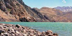 Céu azul, águas verdes e belas montanhas no Embalse el Yeso, na região do Cajón del Maipo
