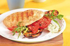 Gegrillte Teriyaki-Aubergine im Sesamfladen mit Salat - Schrot und Korn - Das Kundenmagazin für den Naturkosthandel