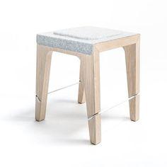 Contraction de Made et Do, le studio MADÖ se définit comme créateur et éditeur de mobilier, objets et curiosités. Imaginé par Gregory Jolly, le tabouret Soat est une assise en laine et bois pliable et dépliable par un simple jeu de tringles en m...