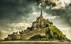 Mont Saint-Michel//Fransa Aşağı Normandiyaı Manche// Kayalık bir adacık ve ibadet yeri.
