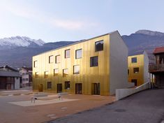 Швейцарские архитекторы из Savioz Fabrizzi Architectes создали уникальный центр по уходу за детьми. На первый взгляд он отличается от других подобных конструкций своим фасадом, окрашенным в золотые цвета. Однако самое важное здесь — уникальная планировка внутреннего пространства.