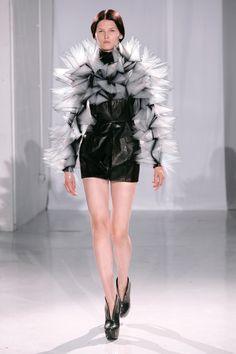 Iris van Herpen Parigi - Haute Couture Fall Winter - Shows - Vogue. Iris Van Herpen, 3d Fashion, Trendy Fashion, Runway Fashion, Womens Fashion, Weird Fashion, Vintage Fashion, Collection Couture, Fashion Show Collection