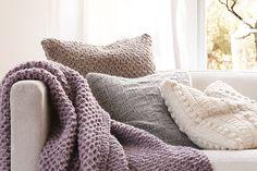 Strickdecke und Strickkissen #Strickanleitung Kissen und Decke Granny Square Blanket, Knit Pillow, My Home Design, Crochet Home Decor, Textile Fabrics, Knitted Blankets, Free Sewing, Crochet Yarn, Knitting Projects