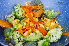 Nagyon ízletes és egészséges. Hozzávalók 2-3 személyre fél csirkemell csíkokra vágva fél brokkoli rózsáira szedve 1 közepes sárgarépa vékonyra gyalulva (zöldséghámozóval vágjuk vékony csíkokra) 2-3 gerezd zúzott fokhagyma 1 lilahagyma vékonyra szeletelve 1 mk kurkuma, 1 mk őrölt curry, só, bors olívaolaj 1 csésze (2,5 dl) bulgur 2 csésze víz Elkészítés Kevés olívaolajon pár percig pirítjuka csíkokra vágottcsirkemellt, majd hozzáadjuk a zúzott fokhagymát, a sárgarépát, a rózsáira szedett…