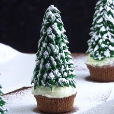 Easy Christmas cupcakes, four ways with one tip! Simplify your holiday baking and decorating with these Christmas cupcake ideas. Christmas Tree Cupcakes, Christmas Desserts, Cheap Clean Eating, Clean Eating Snacks, Soft Sugar Cookies, Salty Cake, Xmas Food, Baking Tins, Holiday Cakes
