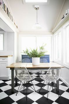 Love this mix of design eras. The classic farm style dining table updated with painted base, mid-century bertoia/eames inspired chairs, diner inspired checker flooring. Checkerboard Floor, Checkered Floors, Carpet Flooring, White Flooring, Kitchen Flooring, Kitchen Backsplash, Interiores Design, Decoration, Beautiful Homes