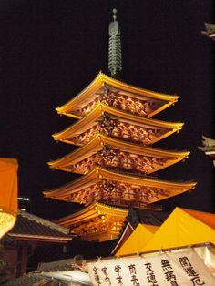 Départ pour une visite originale en métro de la capitale nippone, cette métropole ultramoderne, fascinante, et en perpétuel mouvement. Visite d'Asakusa et son fameux Temple Senso-ji, très populaire avac sa rue bordée d'échopes. Continuation avec la visite des jardins du Palais Impérial ou demeurent toujours l'Empereur et l'Impératrice.   Visite de Tokyo toute la journée en transports en commun avec un guide francophone.