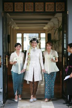 Garden Party of Selly and Adit at Hyatt Regency Yogyakarta Kebaya Wedding, Muslimah Wedding Dress, Wedding Hijab, Wedding Bridesmaid Dresses, Javanese Wedding, Indonesian Wedding, Batik Kebaya, Kebaya Dress, Traditional Fashion