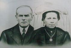 Op bovenstaande foto zie je de ouders van mijn opa, Van Zeeland uit Heesch. Mijn overgrootmoeder draagt hier nog de Brabantse poffer. #NoordBrabant #Peel