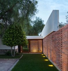 Spanish architecture practice Mesura designed 'Casa IV', a house extension featuring a vaulted canopy roof in the hot, dry countryside of Elche. Spanish Architecture, Brick Architecture, Residential Architecture, Brick Extension, Brick Detail, Brick Design, House Extensions, Brickwork, Exposed Brick