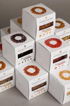 Una serie di condimenti per alimenti racchiusi in scatole cubiche con una piccola finestratura che, insieme al cerchio di granuli stampato sulla parte superiore, anticipa il contenuto delle confezioni. Ingredissimo packaging