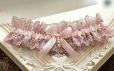 hochzeit strumpfband strumpfbänder braut hochzeitsstrumpfband spitze handgefertigt romantisch zubehör altrosa rosa strass vintage auf maß großes dawanda