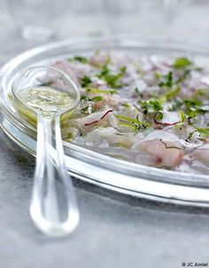 Recette Ceviche de daurade (Pierre Hermé) : Préparez le jus acidulé : râpez le gingembre et les zestes d'agrumes très finement. Épépinez le piment et t...