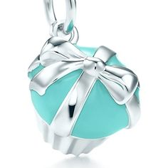 Tiffany Co. cupcake charm in sterling silver with Tiffany Blue® enamel finish on a chain. This is so cute especially since I had those Tiffany cupcakes for my birthday! For my genuine Tiffany Co charm bracelet I will have one day. Tiffany Blue, Color Azul Tiffany, Verde Tiffany, Tiffany And Co Jewelry, Tiffany And Co Bracelet, Tiffany Cupcakes, Jewelry Box, Jewelry Accessories, Charm Jewelry