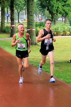 Tijs Groen en Koen Vossers tijdens de Sevenaer Run op zondag 26 augustus 2012 in Zevenaar.  via @kvandervate.