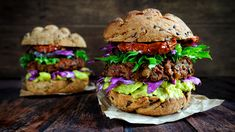 Image copyright Getty Images Image caption Vegan burgers are now a fixture on many restaurant menus Switching to a plant-based diet can help fight climate change, UN experts have. Plant Based Diet, Plant Based Recipes, Guacamole, Hamburger Vegetarien, Meat Substitutes, Food Security, Restaurant New York, Vegan Burgers, Vegan Restaurants