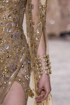 Details from Elie Saab Haute Couture Spring/Summer Paris Fashion Week. Elie Saab Couture, Dior Couture, Couture Dresses, Elie Saab Spring, Couture Details, Fashion Details, Fashion Design, Runway Fashion, High Fashion