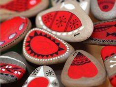 Vous êtes à la recherche d'une activité artistique qui serait à la fois simple et originale? Alors, songez à la peinture sur galets! De par leur forme arrondie et leur surface plane, ces pierres se veulent en effet des supports idéaux pour que puisse s'exprimer votre créativité. Avec juste un peu de peinture acrylique et/ou...