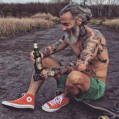 """- """"Wie das Land so das Jever #jever #bier #stoprocent #beard #zajebiście #sixpack #tattoo #longboards…"""""""