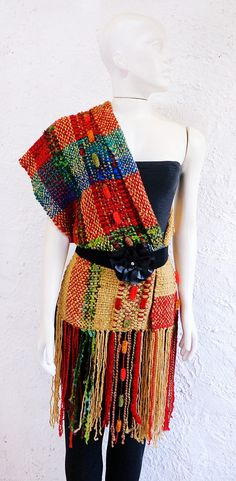 Tramado em tear manual com fios mesclados artesanalmente no atelier. Essa é a quinta versão da Echarpe {Nicole} que vamos transformando para garantir a exclusividade das clientes. ATENÇÃO: Os broches que aparecem nas fotos NÃO acompanham a peça e as cores podem variar de tonalidade de acordo c... Loom Weaving, Hand Weaving, Rag Quilt, Quilts, Woven Scarves, Textiles, Textile Art, Knit Crochet, Knitting