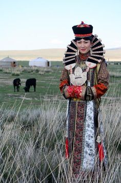 Modern Mongolian woman in ethnic costume Traditional Fashion, Traditional Dresses, Beautiful World, Beautiful People, People Around The World, Around The Worlds, Costume Ethnique, Foto Portrait, Beauty Around The World