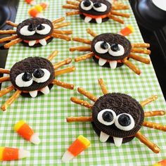 Adorable Oreo cookie spiders are a perfect Halloween food craft to make with kids! MichaelsMakers Positively Splendid Adorable Oreo cookie spiders are a perfect Halloween food craft to make with kids! Hallowen Food, Halloween Food Crafts, Halloween Oreos, Cute Halloween Decorations, Halloween Goodies, Halloween Birthday, Halloween Activities, Spooky Halloween, Holidays Halloween
