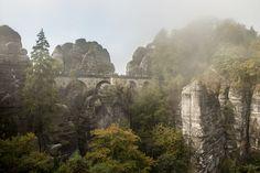 Eine der schönsten Wanderungen in der Sächsischen Schweiz führt vom Kurort Rathen hinauf zur Bastei und zur Felsenburg Neurathen.