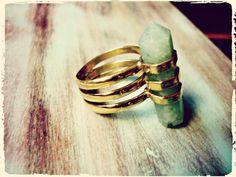 Cristal anillo de latón con punta de cuarzo verde. por Amanur