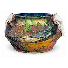 Értékmentők - Gyugyi-gyűjtemény, Zsolnay kiállítás Pécsen  Virágedény koponyákkal és tölgyfalevelekkel (1900)  Mattyasovszky-Zsolnay László munkája. A kétszer is szignált és dátumozott edény egyedi mintadarab, mely vélhetően nem került gyártásra. Ceramic Pottery, Pottery Art, Contemporary Vases, Tile Art, Art Nouveau, Decorative Bowls, Glass Art, Art Gallery, Porcelain
