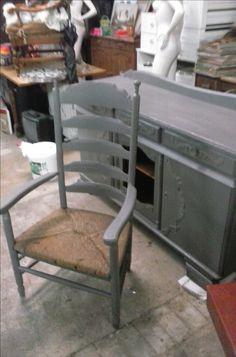 oude stoel in de grijze verf