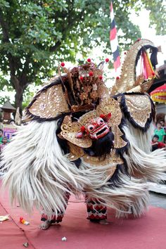 The Barong Dance of Bali - Barong is probably the most well known dance. It is also another story telling dance, narrating the fight between good and evil Barong Bali, Java, Dance Of Death, Indonesian Art, Tibetan Art, East Indies, Danse Macabre, Bali Travel, Balinese