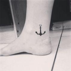 """Tatuagem feita por <a href=""""http://instagram.com/tais_thorpe"""">@tais_thorpe</a>!  Marque quem é sua âncora no dia-a-dia."""