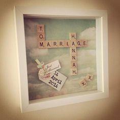 Je kunt ook een persoonlijk huwelijkscadeau maken met behulp van de Scrabblesteentjes met letters erop.