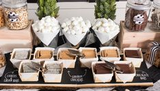 Time to get warm and cozy with a campfire favorite, S'mores. Spread s'more love with this Modern Rustic S'mores Food Bar at your wedding. Buffet Dessert, Dessert Bars, Camping Wedding Theme, Camp Wedding, Dream Wedding, Wedding Reception, Wedding Foods, Wedding Catering, Party Wedding