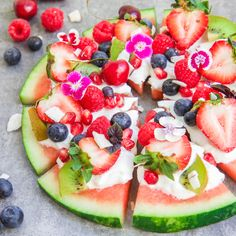 Looking for a healthy snack or dessert? Try making this watermelon pizza! It only takes 10 minutes. Watermelon Pizza, Watermelon Recipes, Fruit Recipes, Cooking Recipes, Pizza Recipes, Watermelon Cakes, Watermelon Bowl, Fruit Cakes, Honey Recipes
