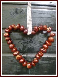 Kastanienherz - aus Draht ein Herz formen, dann die Kastanien auffädeln. Autumn Crafts, Nature Crafts, Conkers Craft, Buckeye Crafts, Diy For Kids, Crafts For Kids, Memory Crafts, Maila, Homemade Christmas Gifts