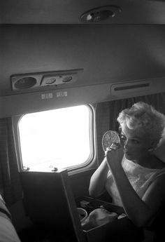 7. Monroe camino a Bement maquillandose en un avión camino a chicago
