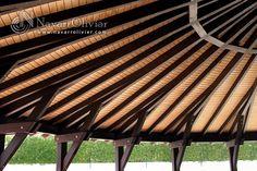 Cubierta de madera semicircular. Estructura de construida  en vigas de madera laminada y vigas macizas GL24, cubierta en vigas tablero fenólico ranurado. www.navarrolivier.com