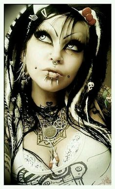Top Gothic Fashion Tips To Keep You In Style. As trends change, and you age, be willing to alter your style so that you can always look your best. Consistently using good gothic fashion sense can help Gothic Steampunk, Steampunk Clothing, Victorian Gothic, Gothic Lolita, Goth Beauty, Dark Beauty, Gothic Girls, Boho Chick, Dark Black