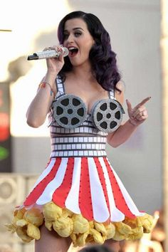 Looking up to your favourite celebs for a Halloween Outfit Inspo? Here are best Katy Perry Looks and Katy Perry Halloween Costumes ideas you can copy ASAP. Fashion Fail, Look Fashion, Weird Fashion, Fashion Outfits, Unique Fashion, Disfraz Katy Perry, Katy Perry Halloween Costume, Funny Halloween, Halloween Outfits