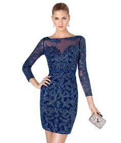 ¿Te gustan los vestidos de fiesta con manga larga? Con detalles en pedrería y bordados, este vestido de noche corto los tiene todos
