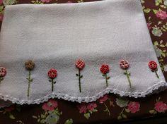 Pano de louca com bordado, botões e crochê