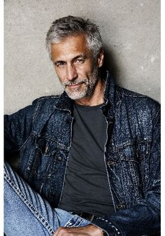 Stylish men with grey hair Older Mens Hairstyles, Haircuts For Men, Silver Foxes Men, Men Over 50, Look 2015, Men With Grey Hair, Gray Hair, Hommes Sexy, Ageless Beauty