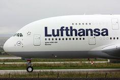 Wiele linii lotniczych cierpli na brak personelu. Lufthansa poszukuje 1 400 stewardes. Koncern zorganizował szereg castingów w wielu miastach Niemiec.