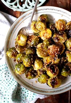 Crisp roasted brussel sprouts covered in toasted sesame seeds and garlic. Gluten free, dairy free, vegan and paleo. Hcg Recipes, Sugar Free Recipes, Side Recipes, Vegetable Recipes, Cooking Recipes, Healthy Snacks, Healthy Eating, Healthy Recipes, Vegetarian Recipes