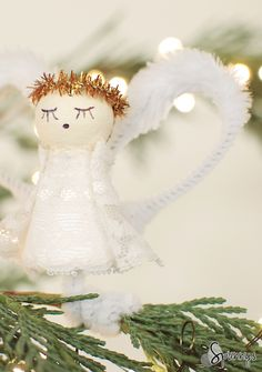 Vintage inspired angel ornament - Spun cotton and bump chenille (pipe cleaner) - DIY Tutorial. A beautiful craft project idea for Christmas and the Holidays.